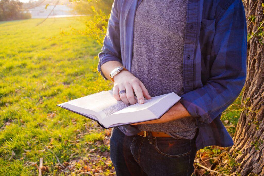 reading-books-on-optimism