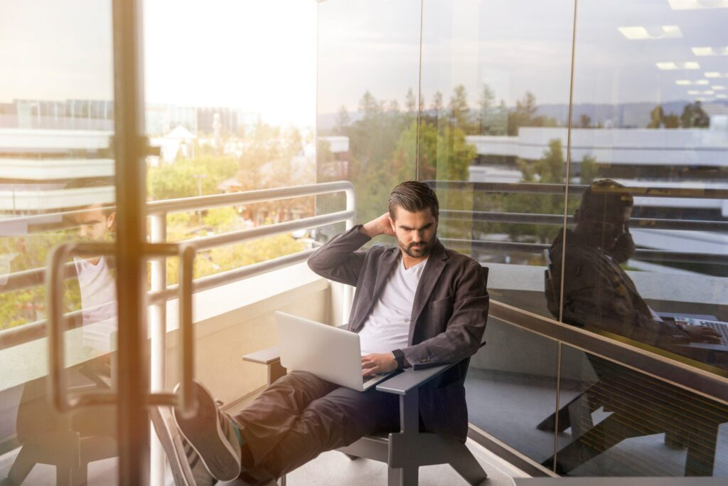 leader-working-computer