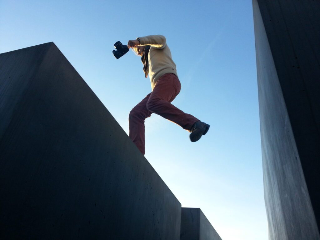 photographer-jumping-between-buildings