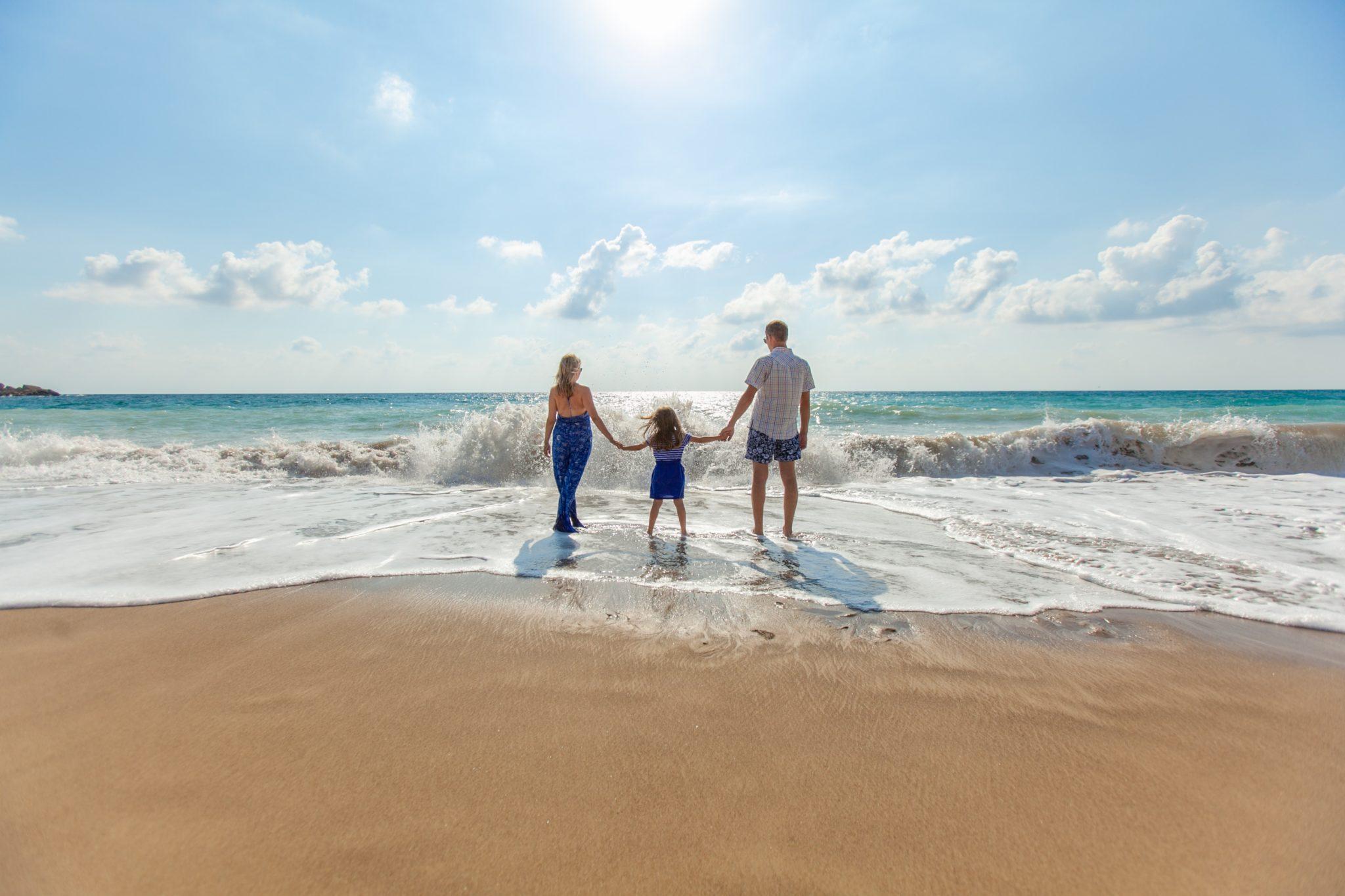 parents-kids-having-nice-day-beach