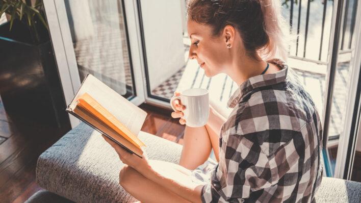 Woman-reading-in-the-sun