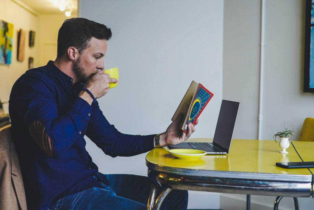 Man-reading-over-coffee