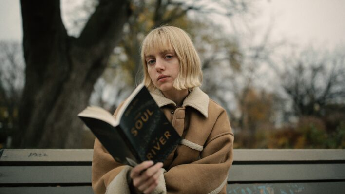 Woman-reading-in-the-park